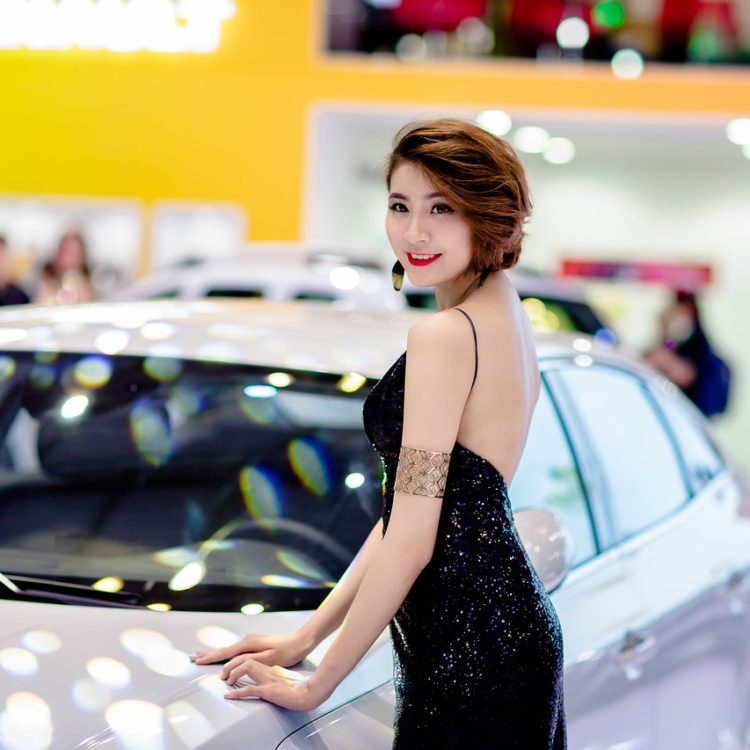 Hostessy na targi samochodowe – jakie są oczekiwania wystawców i gości targów moto?